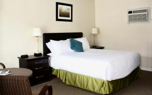 A bed or beds in a room at Arrowhead Inn