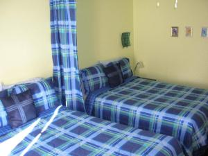 A bed or beds in a room at Auberge Le Voyageur