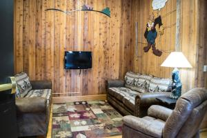 A seating area at Abe Martin Lodge & Cabins
