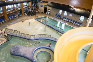 A view of the pool at Abe Martin Lodge & Cabins or nearby
