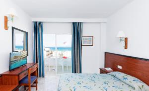 A bed or beds in a room at HSM Hotel Reina del Mar