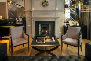 A seating area at Nottingham Place Hotel