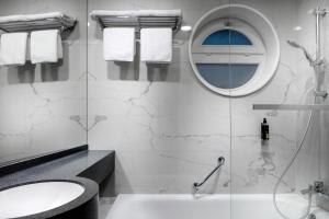 A bathroom at Astoria Hotel