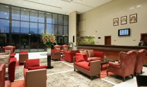 Лобби или стойка регистрации в Ramada Hotel & Suites by Wyndham Ajman