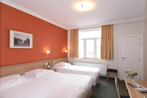 A bed or beds in a room at Hotel Sabot D'Or