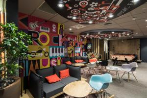 The lounge or bar area at ibis Boulogne sur Mer Centre les Ports
