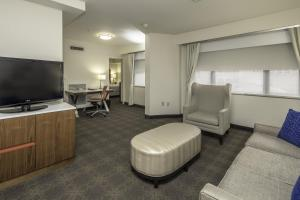 A seating area at DoubleTree by Hilton Hotel & Suites Pittsburgh Downtown