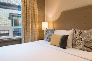Ein Bett oder Betten in einem Zimmer der Unterkunft The Mark Spencer Hotel