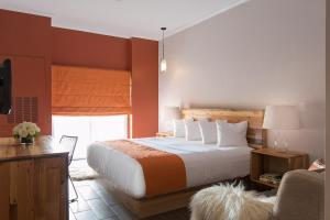 A bed or beds in a room at Ravel Hotel Trademark Collection by Wyndham