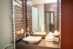 A bathroom at Ravel Hotel Trademark Collection by Wyndham