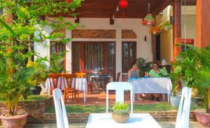 Ein Restaurant oder anderes Speiselokal in der Unterkunft Hien Hoa Villa Hoi An