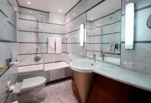A bathroom at Le Chateau de Namur