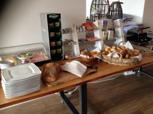 Breakfast options available to guests at Het Rechthuis