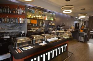A restaurant or other place to eat at qp Hotels Lima