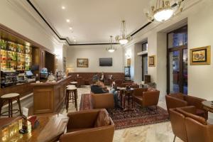 Un restaurante o sitio para comer en Capitol Hotel