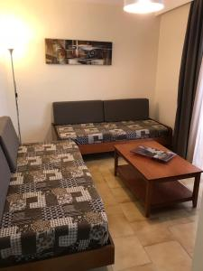 A seating area at Captain Yiannis Studios & Apartments