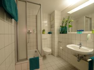 A bathroom at Hotel Residenz Oberhausen