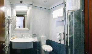 A bathroom at Best Western Premier Hotel Astoria