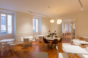 A restaurant or other place to eat at B&B Hotel Genova