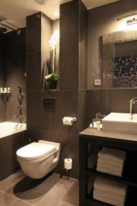 A bathroom at Newhotel Roblin
