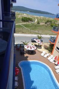Изглед към басейн в Хотел Калипсо Блу или наблизо