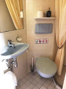 A bathroom at Eastern & Western Comfort Hotelboat