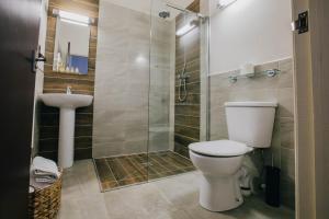 A bathroom at The Duke of Edinburgh Hotel & Bar