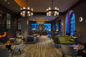 The lounge or bar area at Renaissance Philadelphia Downtown Hotel