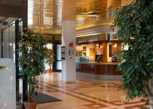 The lobby or reception area at Wyndham Garden Duesseldorf Mettmann