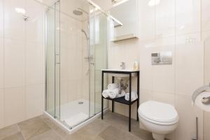 A bathroom at Apartamenty Hello Halicka 5