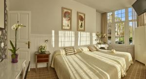 A bed or beds in a room at Hotel Atalaya
