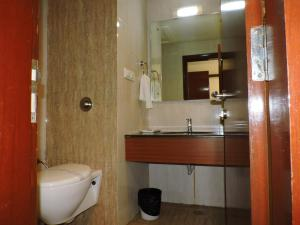 A bathroom at Hotel Devashish Haldwani
