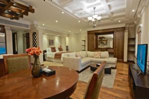 Uma área de estar em Al Rawasi Hotel Suites
