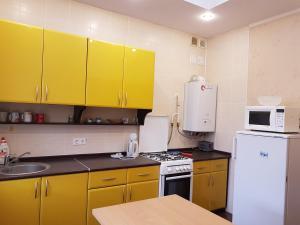 A kitchen or kitchenette at Kvartira na Shembelidi