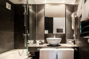 A bathroom at Hôtel Cloitre Saint Louis Avignon