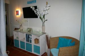 Télévision ou salle de divertissement dans l'établissement LeLagon Vue Mer, Pieds dans l'eau