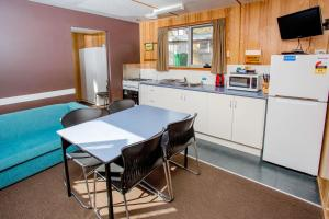 A kitchen or kitchenette at Discovery Parks - Cradle Mountain