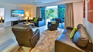 A seating area at 3 Bedroom Poinciana Lodge
