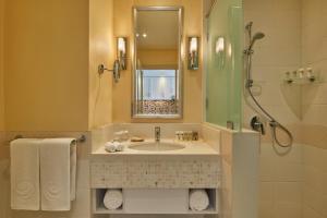 A bathroom at Salalah Gardens Hotel