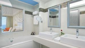 A bathroom at Atrium Platinum Resort & Spa