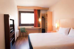 A bed or beds in a room at ibis Grenoble Gare