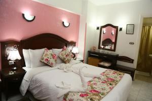 Een bed of bedden in een kamer bij Happy City Hotel