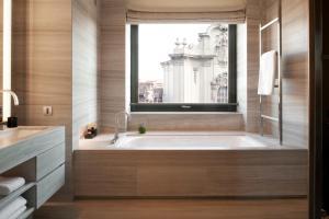 A bathroom at Armani Hotel Milano