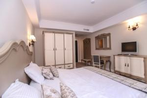 Un pat sau paturi într-o cameră la Pensiunea Dimitrios