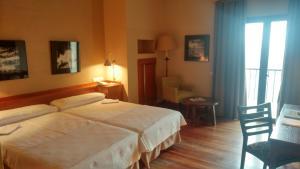 A bed or beds in a room at Parador de Vielha