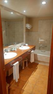 A bathroom at Parador de Vielha