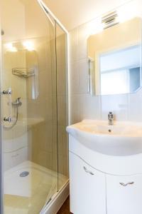 A bathroom at Leander Apartman