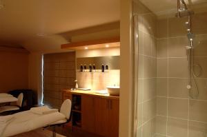A bathroom at Best Western Plus Knights Hill Hotel & Spa