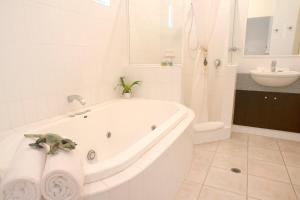 A bathroom at Gecko Lodge Kalbarri