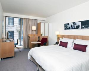 Un ou plusieurs lits dans un hébergement de l'établissement DoubleTree by Hilton Hotel London - Tower of London